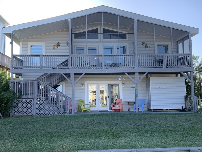 Canalfront 6 Bedroom/4 Bathroom Home sleeps 14, alquiler de vacaciones en Holden Beach