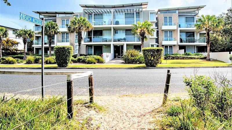 Bennett's by the Beach - Direct beach access – footsteps away, aluguéis de temporada em Hawks Nest