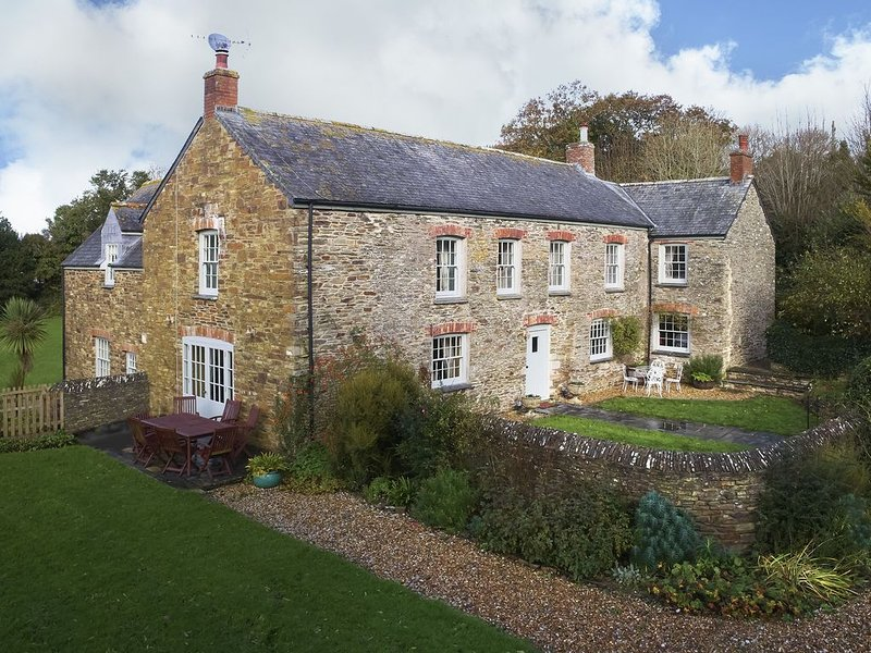 Trencreek Farmhouse sleeps ten people and is both child and dog-friendly, close, location de vacances à Tregony