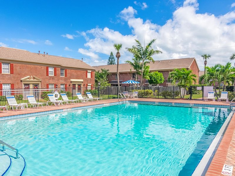 Charming, dog-friendly family condo w/ shared pool - close to the ocean!, alquiler de vacaciones en Indian Harbour Beach