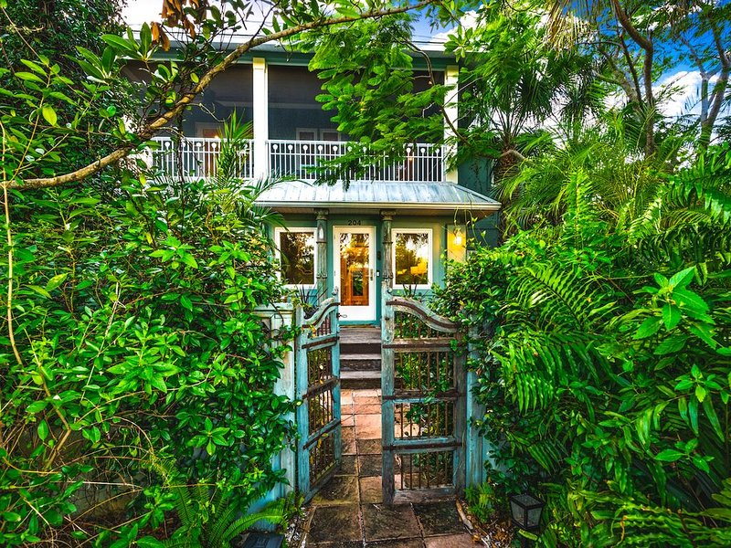 Luxury Butterfly Garden, Steps to Pine Ave, Pool/Spa, Bikes, 4 Houses to Beach, holiday rental in Anna Maria