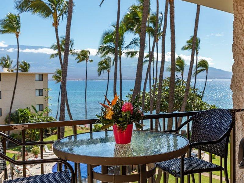 Maui steps from the beach! Gorgeous views! *Kanai A Nalu 408*, Ferienwohnung in Wailuku