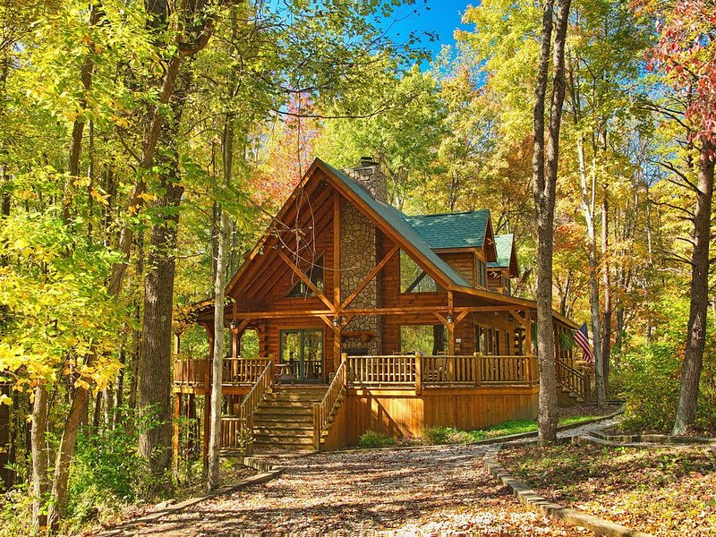 Redwood Lodge-5Bd,3Ba-Covered Porches,Fire pit, Hot Tub, Rec Room, WiFi, holiday rental in Rockbridge