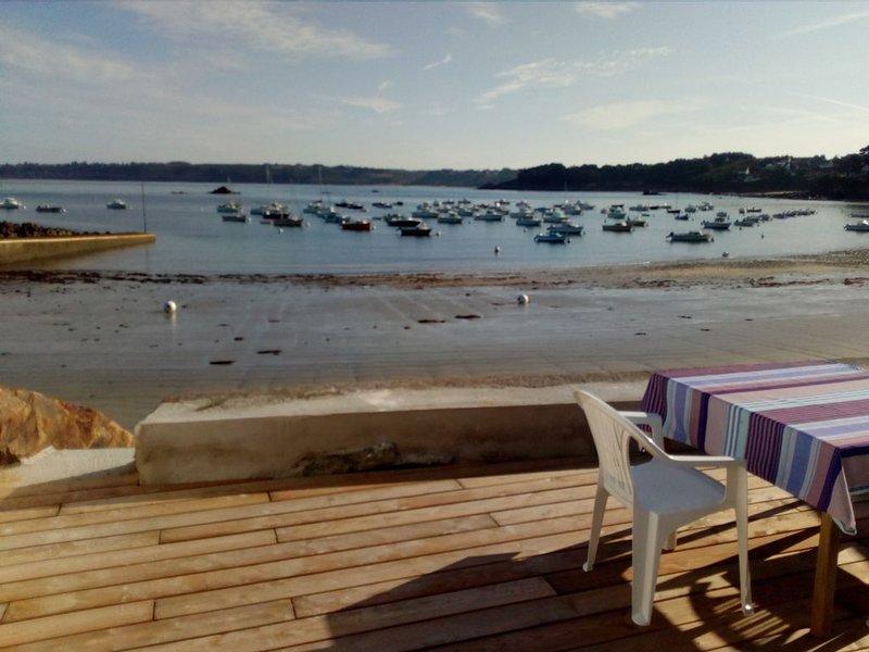 Maison de pêcheur accès direct à la plage-terrasse les pieds dans l'eau, holiday rental in Saint-Michel-en-Greve