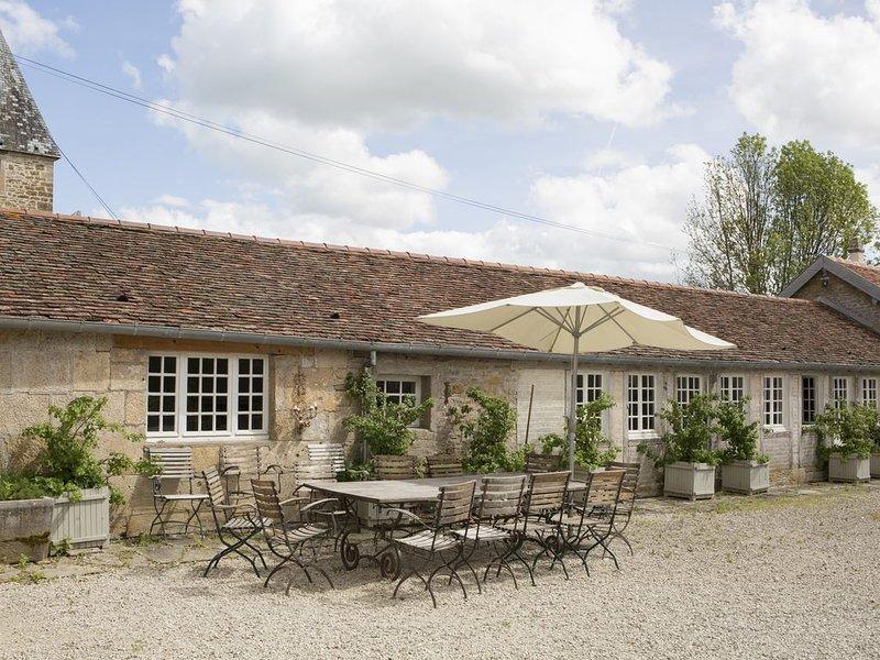 Aile et tour d'un château 12ème/18ème, refaites récemment, parc de 2 ha, piscine, holiday rental in Arc-en-Barrois