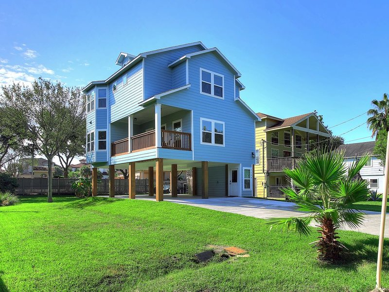 BRIGHT,  STYLISH NEW HOME IN KEMAH - WALK TO WATER, alquiler vacacional en Bacliff