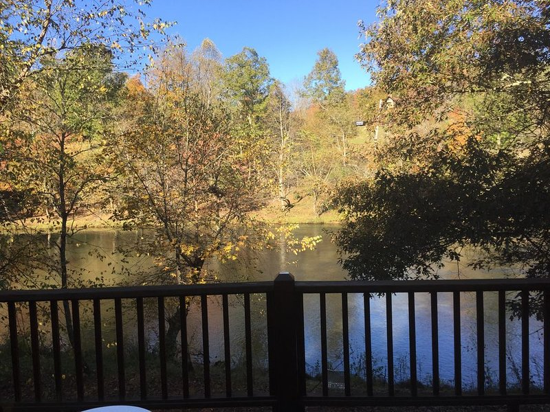 Beautiful Hiwassee River Retreat located in The Great Smoky Mountains, aluguéis de temporada em Warne