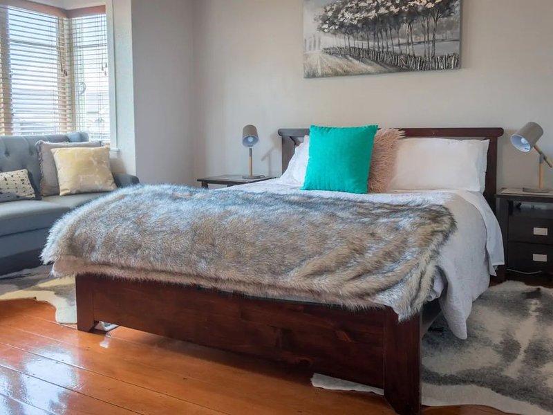 Lovely 2 Bedroom Villa in Herne Bay, holiday rental in Blockhouse Bay