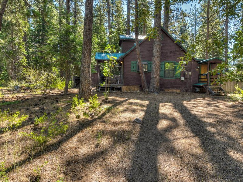 Private Kings Beach Cabin, One Block to Lake Tahoe, Apple TV, Large yard for sno, holiday rental in Tahoe Vista