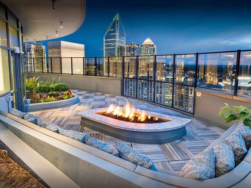Profitez de la vue imprenable sur les toits du salon penthouse