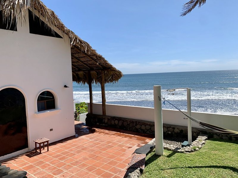 Romantic Oceanfront Casita with Direct Access to Private Beach, alquiler de vacaciones en El Salvador