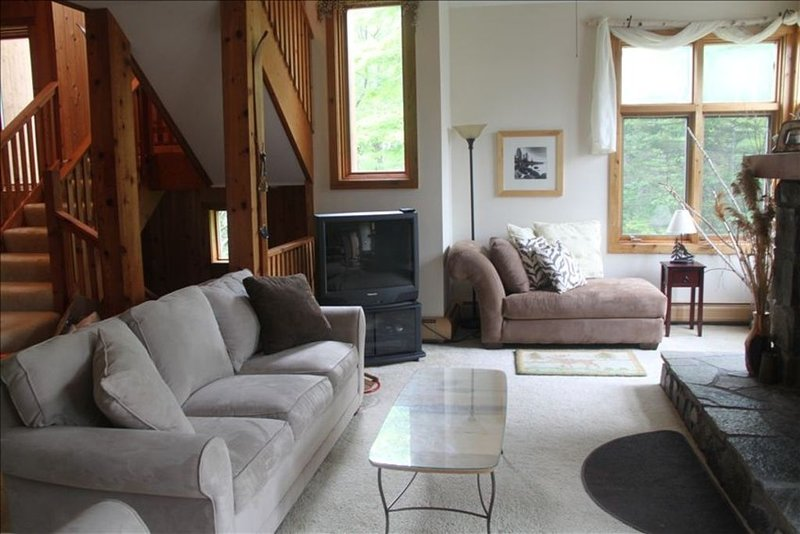 Charming and Warm Bromley Mountainside Home - Seasonal Rental, location de vacances à Peru
