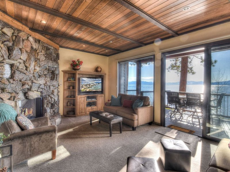Spacious living area w/ stunning lakefront views