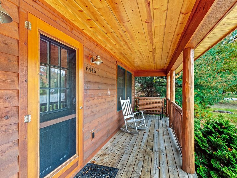 Spacious cabin with hot tub, screened porch & nearby lake access!, alquiler vacacional en Saugatuck