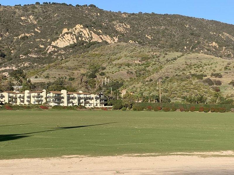 Great Polo Condo on field & eastern sun! Ocean views, field views/morning sun., location de vacances à Summerland
