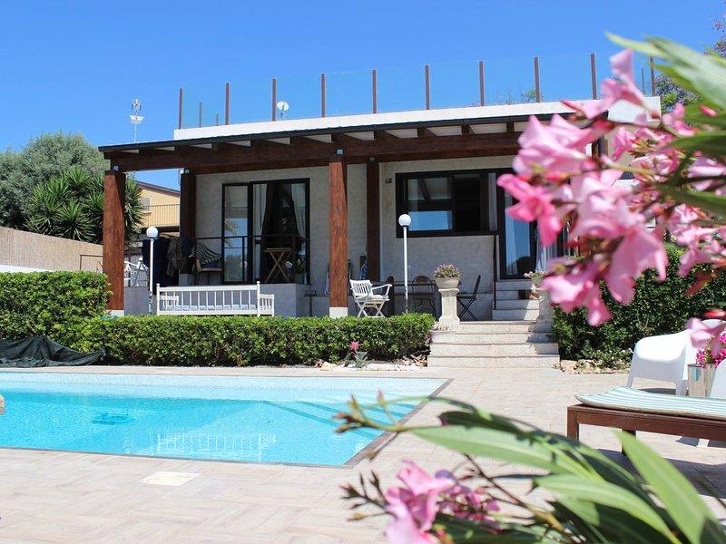 Villa con piscina Fontane Bianche a 300 metri da spiaggia e mare, alquiler de vacaciones en Siracusa