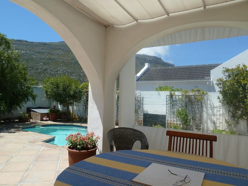 Cozy, neat cottage with pool, garden and mountain views, holiday rental in Fish Hoek