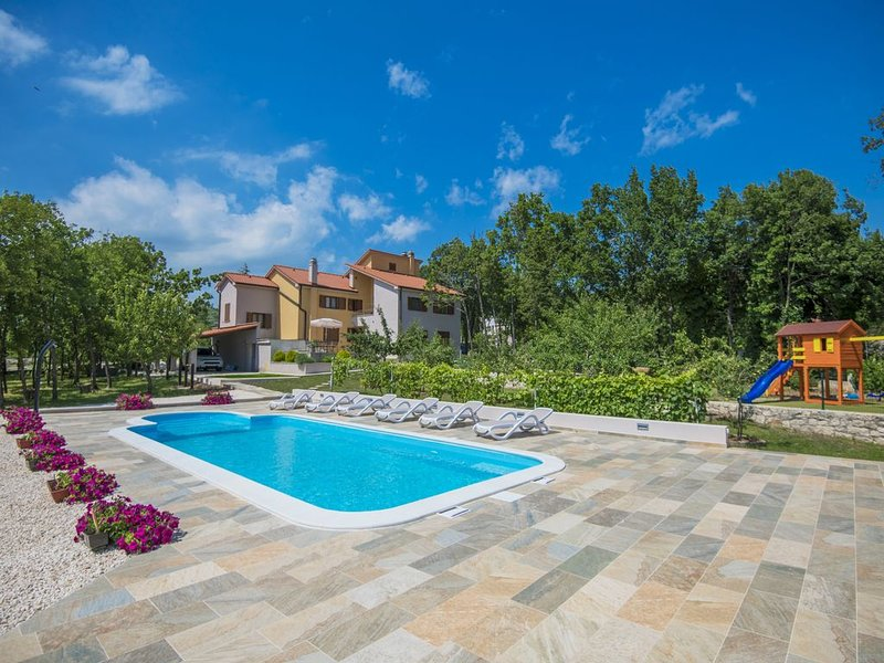 Familie Villa in Ruhiger und Privater Lage, XXL Pool, Wifi, BBQ, holiday rental in Imotski