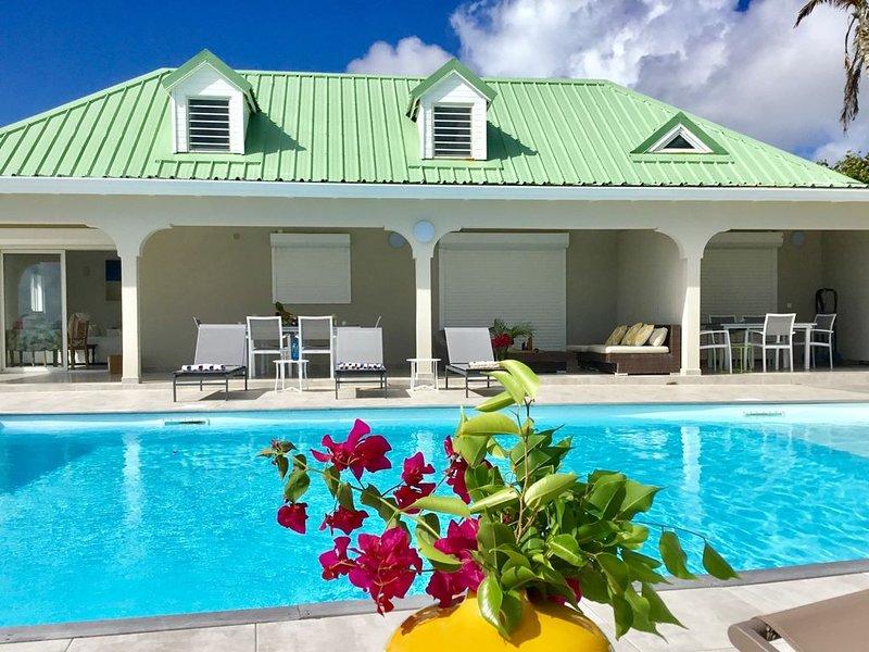 Belle villa  3CH avec panorama de rêve, grande piscine, rénovée à Oyster Pond V1, aluguéis de temporada em Quartier D'Orleans