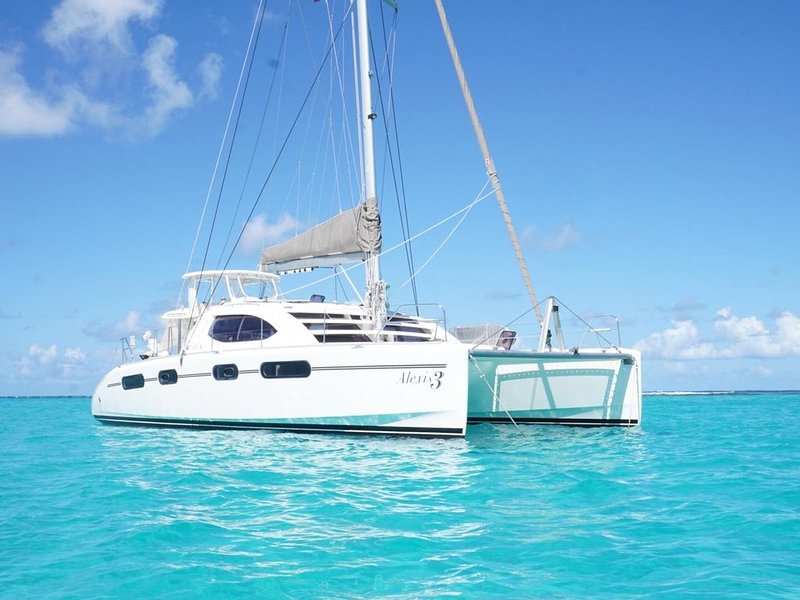 Crewed all inclusive luxury 5* catamaran, special offer 15% off inquire now !, holiday rental in Road Town