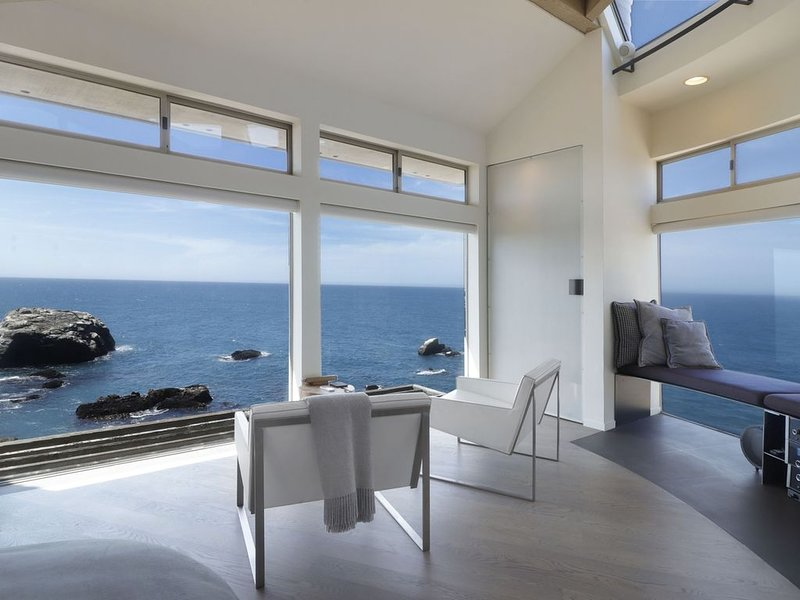 Neon Fish: A cliffside modern elegant retreat with ocean views from every room, holiday rental in Jenner