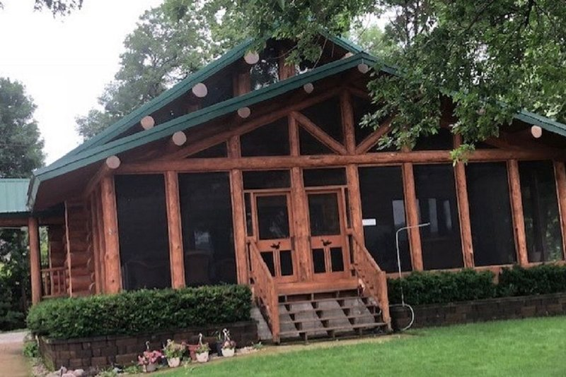 Real Log Cabin located right on the Mississippi River, holiday rental in Port Byron