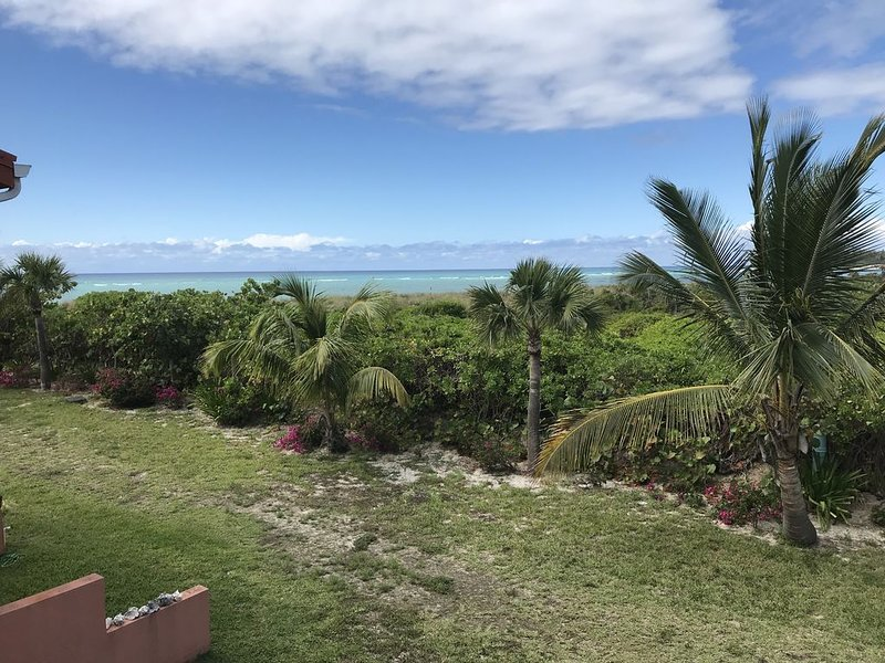 Beautiful 3 BR Oceanfront Townhouse!, casa vacanza a Alice Town