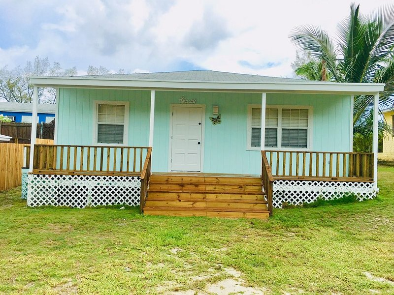 COZY SEASIDE 2 BED/2 BATH BIMINI COTTAGE-BAY SIDE VIEW -soft green colored house, alquiler de vacaciones en Bimini