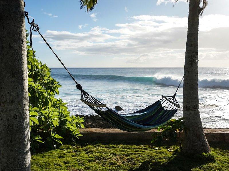 1/3 acre Direct Oceanfront Coconut tree studded property, alquiler de vacaciones en Waianae