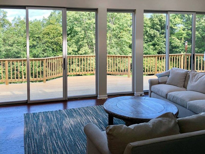 Stunning Hudson Valley Retreat: Huge Deck w/ views, 7 acres, 90 min from NYC, location de vacances à Newburgh