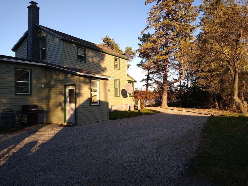quiet, woodsy home next to the river close to town, location de vacances à Gladstone