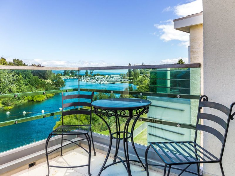 Watermark on the Riverside - Luxury Watermark Apartment at it's Finest with stun, holiday rental in Taupo