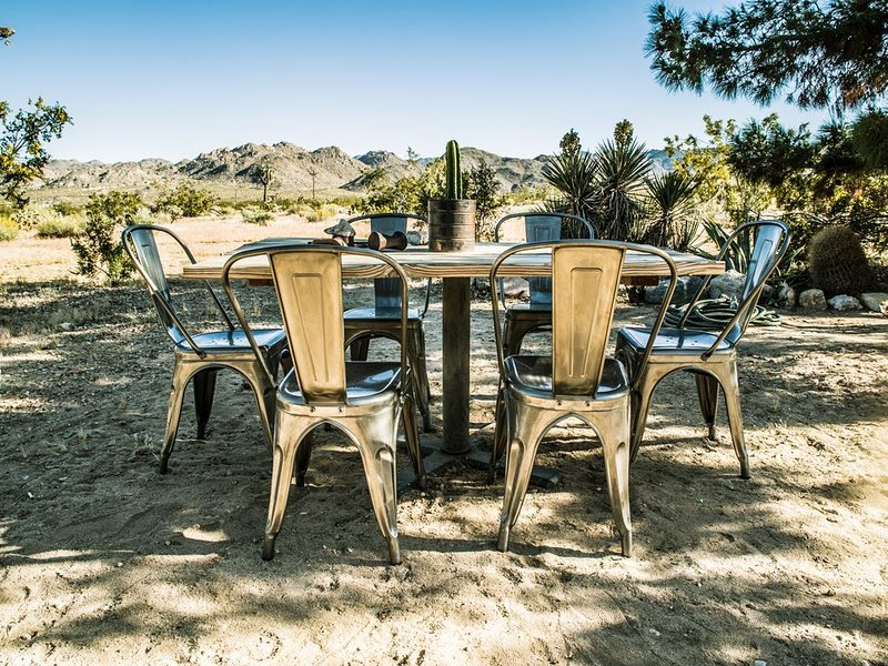 Casa Mara: End of the Road Desert Retreat, 5 Minute Drive from Joshua Tree Saloo, vacation rental in Joshua Tree
