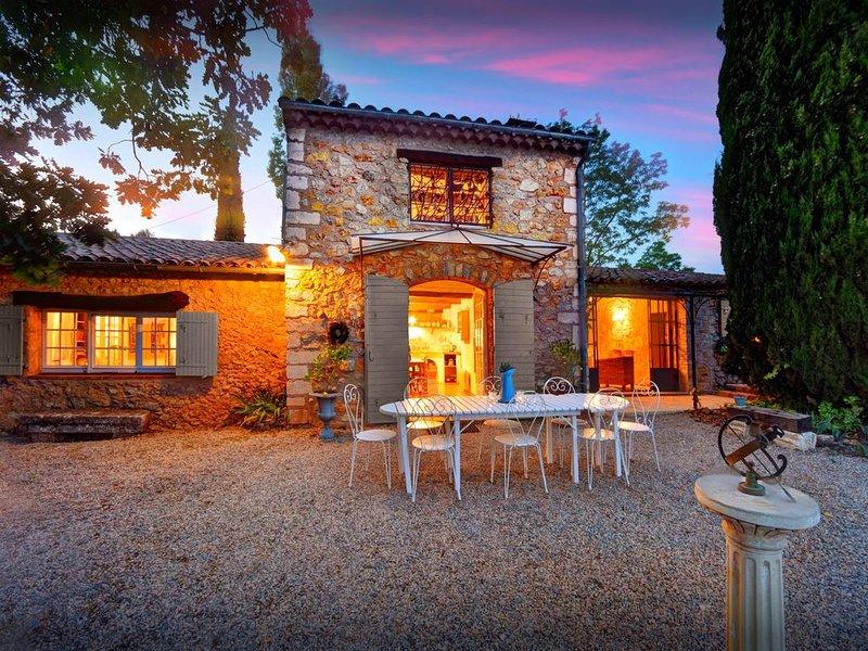 Villa de rêve avec piscine dans les vignes provençales, Wifi - OVO Network, location de vacances à Cotignac