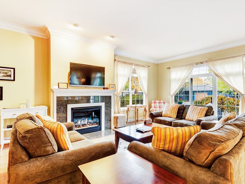 Spacious, two-story condo w/ fireplace! Walking distance to the river!, holiday rental in Douglas