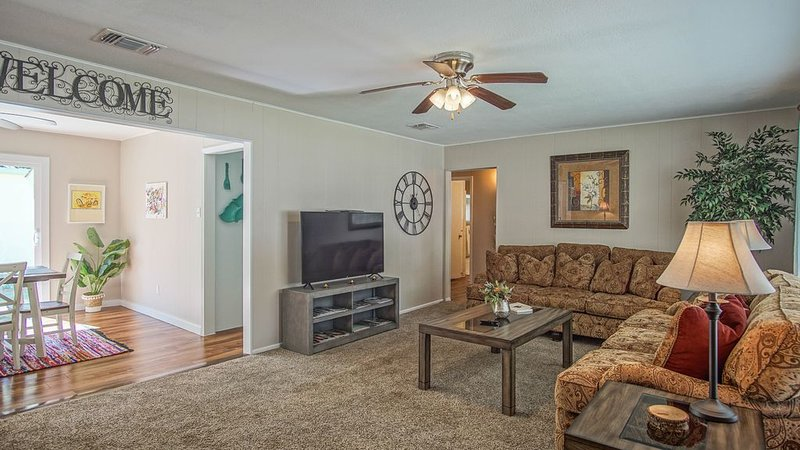 3 minute walk to main street, Cibolo Texas. Shopping, dancing and dining nearby., holiday rental in Schertz