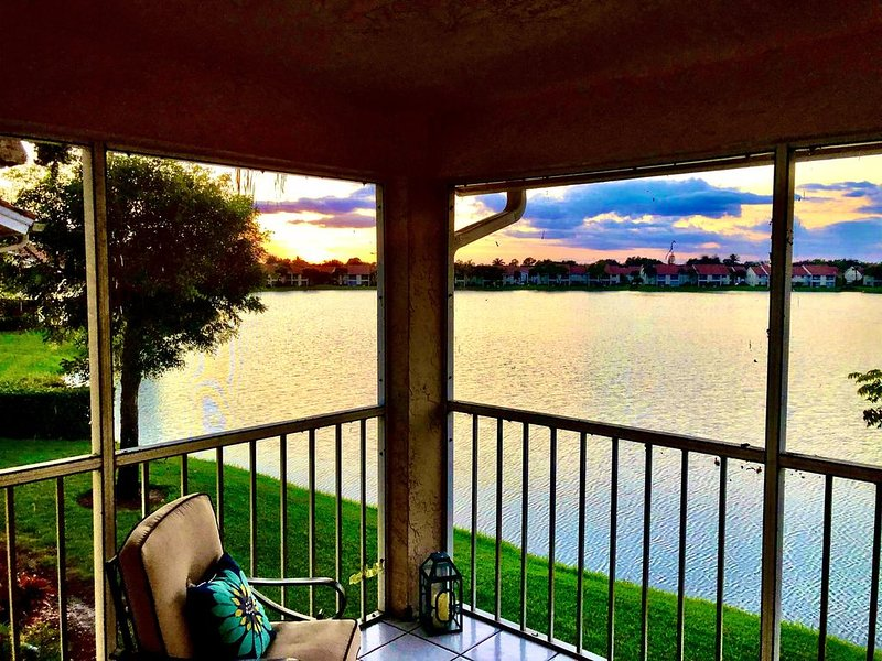 Vacation Paradise at 'SUNSET TIDES' Emerald Lakes in North Naples!, vacation rental in Pelican Bay