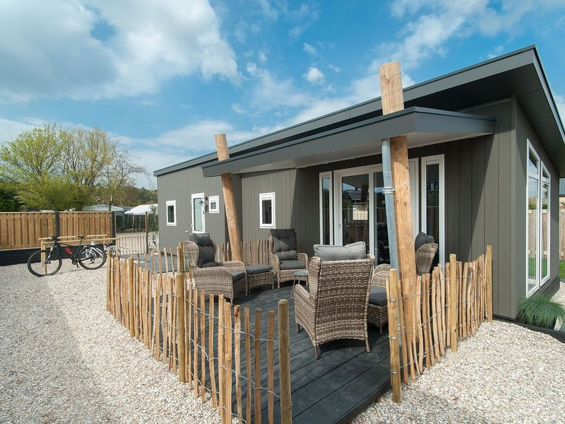 Modern chalet with a large garden and lots of privacy, in Noordwijk, casa vacanza a Noordwijk