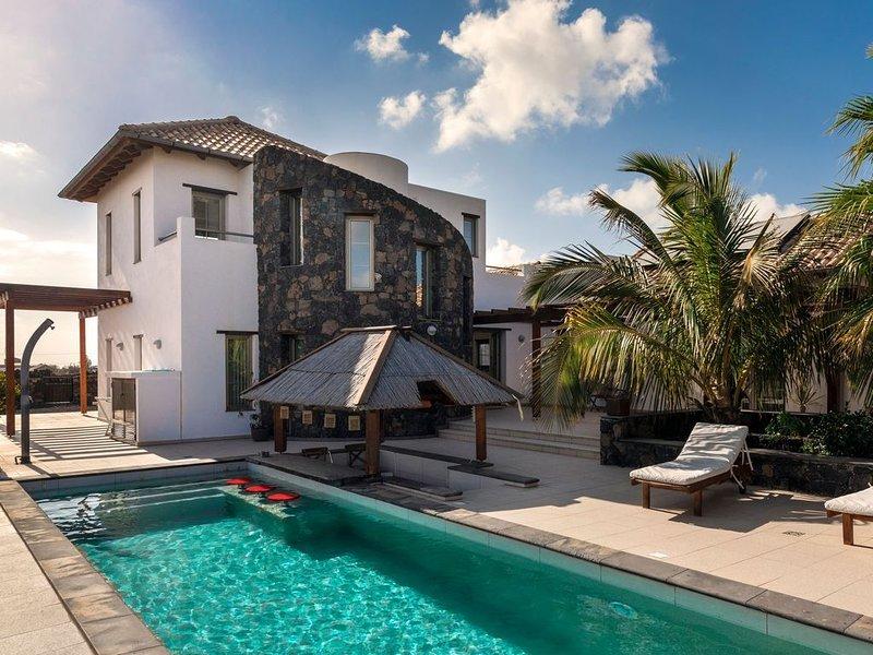 Wunderschöne Villa ANNUNAKI mit Pool, Poolbar, Terrassen und WLAN; Parkplätze vo, holiday rental in Lajares
