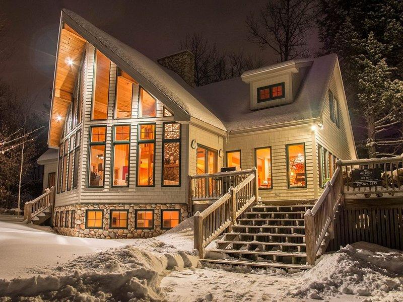 Ski House: Walk to Trails! Hot Tub, Game Room, Ultimate Kitchen, aluguéis de temporada em Newry