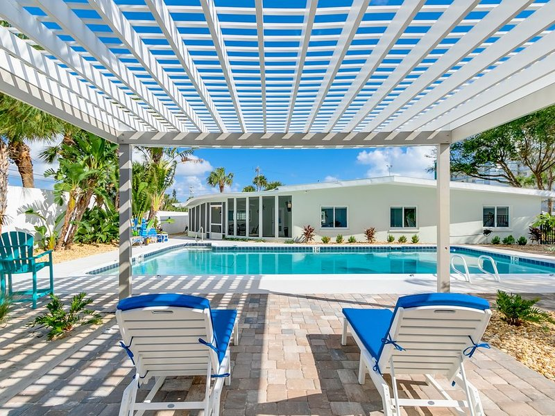 Stunning New SailAway 5 Bedroom Private Home, Private Pool, Steps to Cocoa Beach, alquiler vacacional en Cocoa Beach