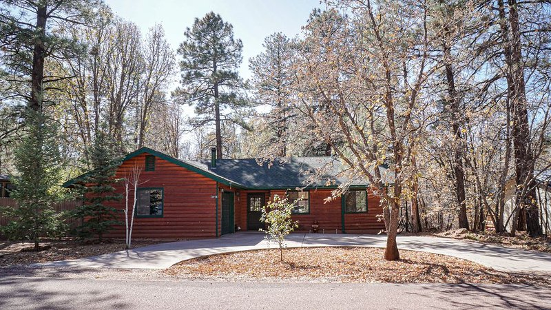 SERENE CABIN RETREAT IN COUNTRY CLUB WITH HUGE DECK AND PEACEFUL FOREST VIEWS, holiday rental in Apache County