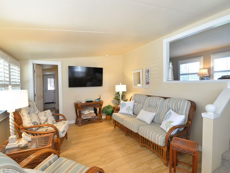 Bay Cottage - 940 sq Ft!  Luxury for Your Stay Away, holiday rental in Tallevast