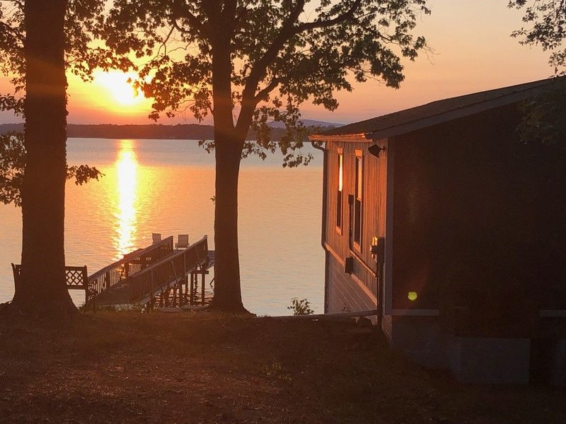 Charming 1BR 1BA Waterfront House with Beach on Lake Norman in Mooresville, holiday rental in Lake Norman