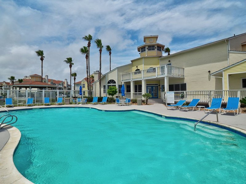 1st FLOOR LARGE 1BR, BEAUTIFUL Beach Getaway!  Pool, Hot Tub, Sauna & More, alquiler de vacaciones en Chapman Ranch