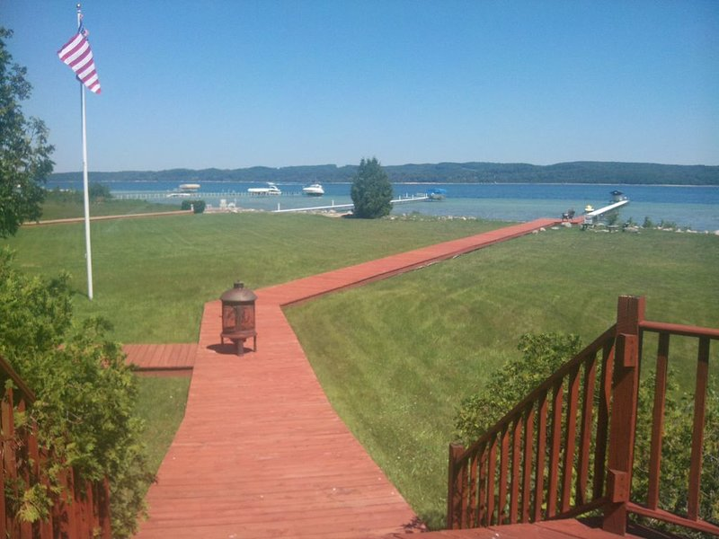 Terrific Family Getaway on Lake Charleviox with Stunning Views, alquiler de vacaciones en East Jordan