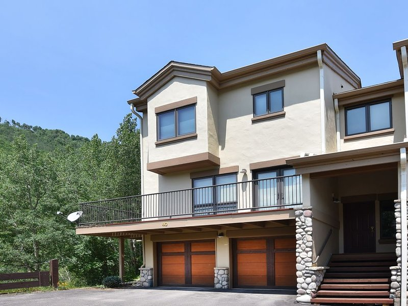 Airy Townhome in Vail w/ Beautiful Views, Modern Decor, Short Drive to Slopes, holiday rental in Vail