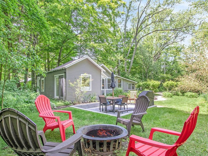 Private, dog-friendly cottage w/ screened-in porch - perfect for a cozy getaway, vacation rental in Saugatuck