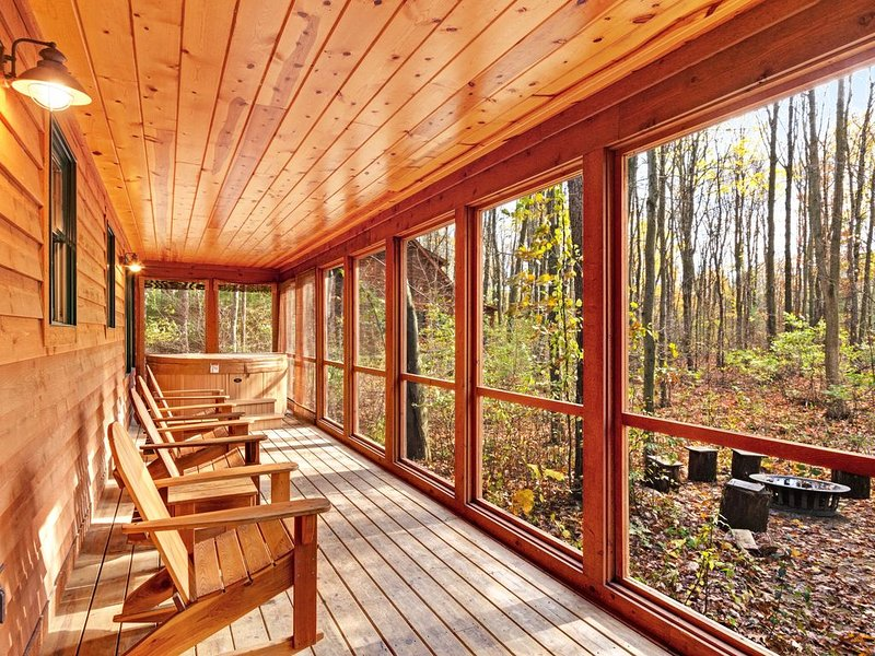 Woodland cabin with private hot tub, fireplace, firepit & shared pool!, vacation rental in Saugatuck