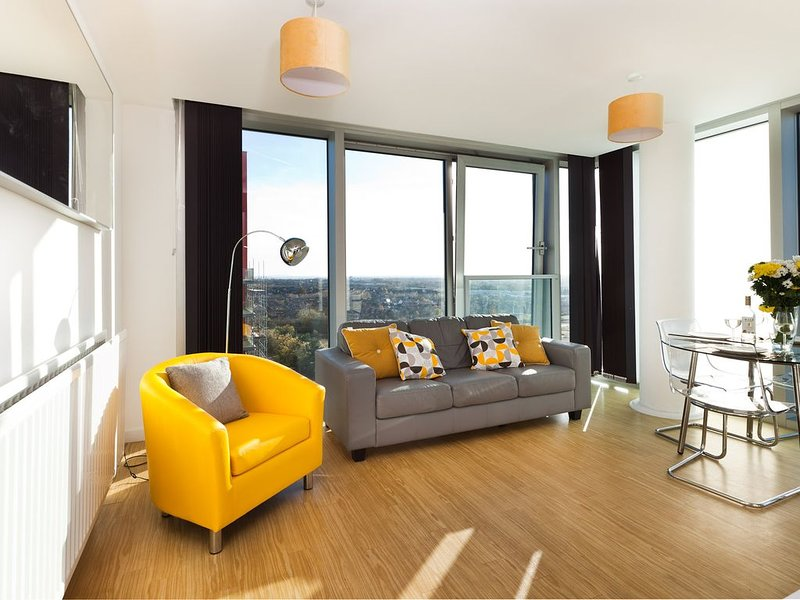 Two Bedroom Apartment with Free Parking and City View at the Hub in Central MK, holiday rental in Bletchley